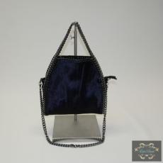 Kisméretű lánccal szegett kék táska