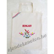 Vajszínű táska hímzett virág motívummal, Hungary felirattal 35x40 cm