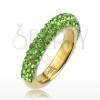 Csillogó gyűrű arany színben acélból, világoszöld kövekből álló vonal