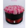 Fekete nagy henger rózsa box rózsaszín rózsákkal