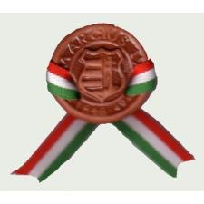 Kerámia kokárda Kossuth címerrel, nemzeti színű szalaggal és biztosító tűvel ajándéktárgy